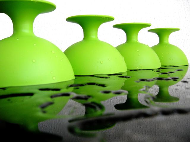 Membersihkan Alat Makan Plastik