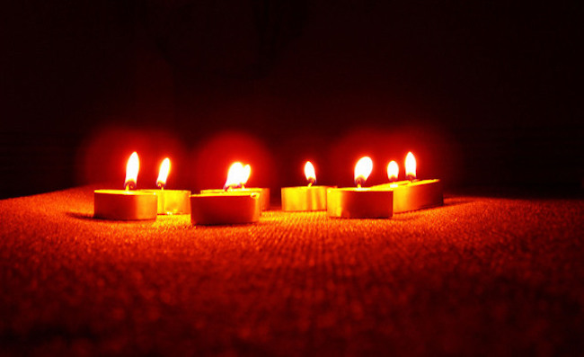 Cara Membersihkan Noda Lilin di Taplak atau Karpet