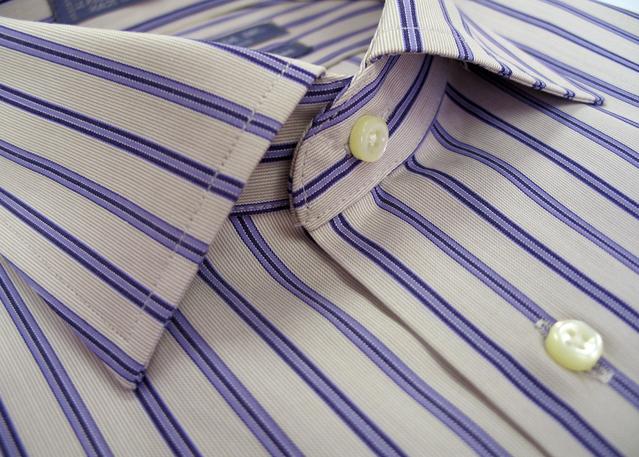 Membersihkan Kotoran di Kerah Baju
