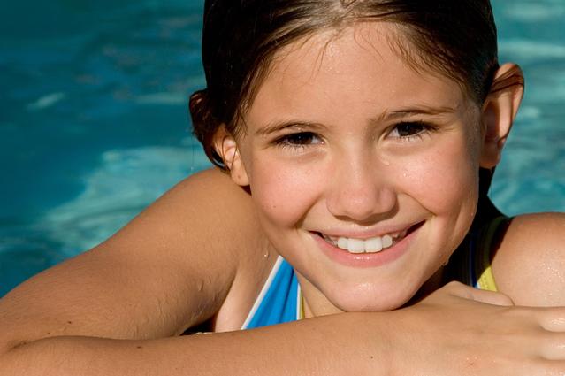 Tips Melindungi Rambut saat Berenang